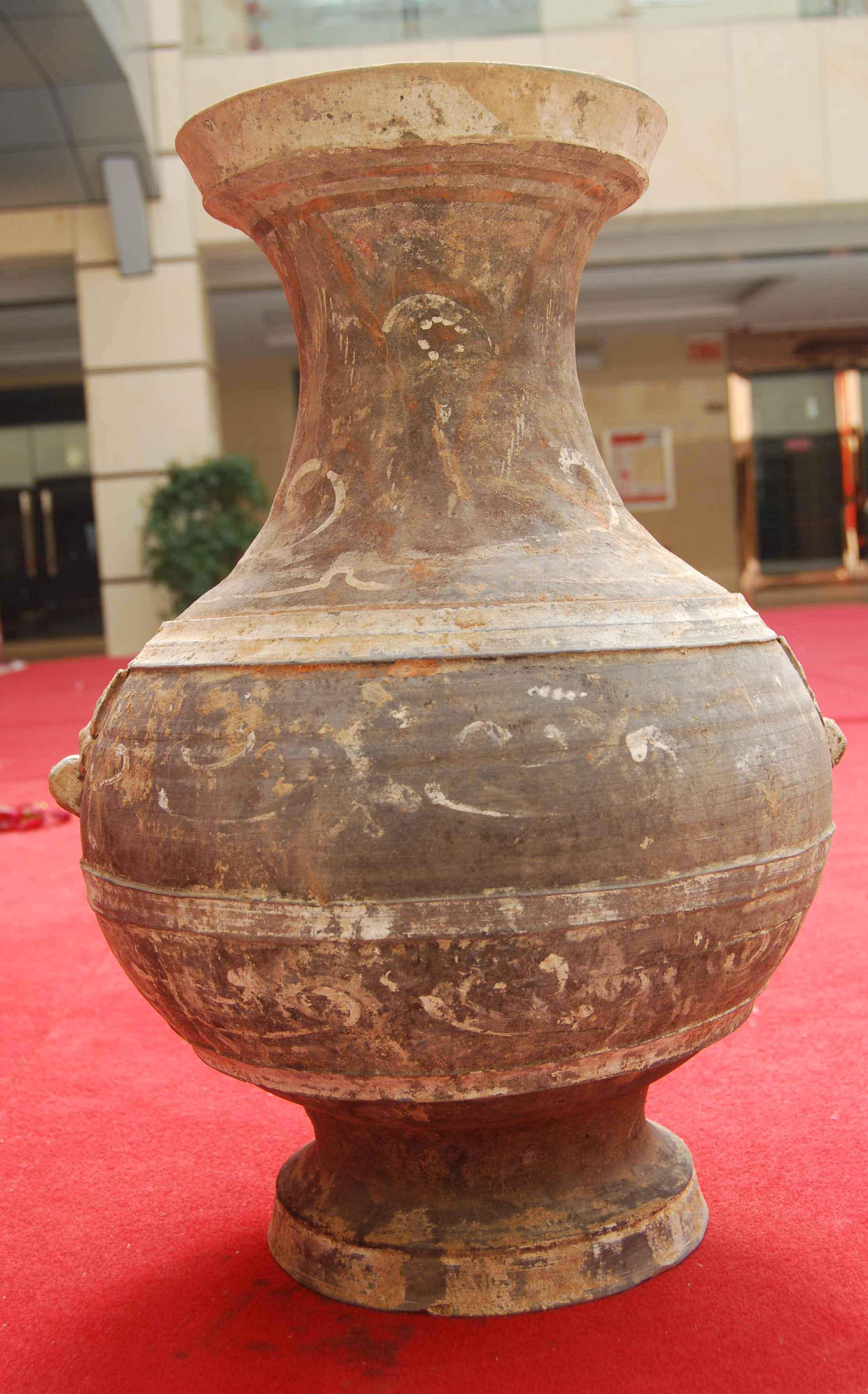 汉代彩绘陶壶(大)高53厘米口径..