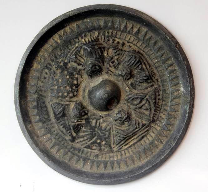 汉代人物三角纹青铜镜正佳.jpg
